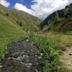 El riu Eina. Les vaques gascones pasturen i tampoc no ens fan cas.